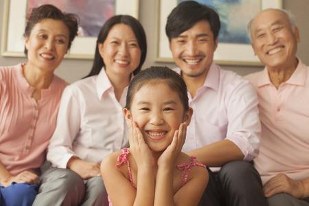 ni�os chinos: Familia multigeneracional sonriendo, retrato Foto de archivo