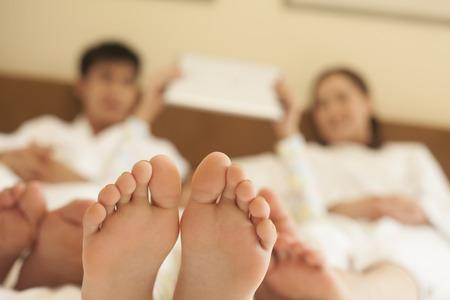 Familie im Bett mit Bare Feet