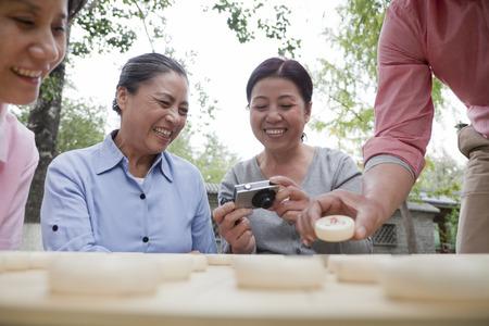 mature people: Gruppo di gente matura che giocano a dama cinese Archivio Fotografico
