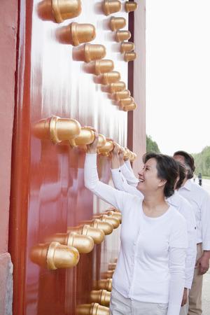mature people: Gruppo di persone mature in piedi accanto alla porta tradizionale cinese