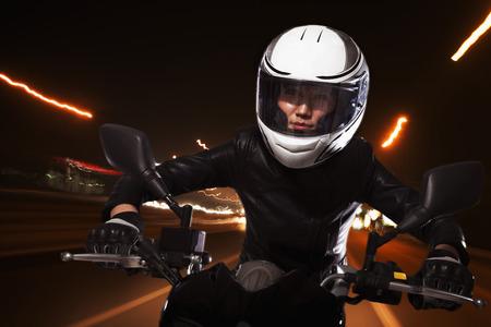 motorrad frau: Junge Frau auf einem Motorrad durch die Straßen von Peking, Lichtspuren Lizenzfreie Bilder