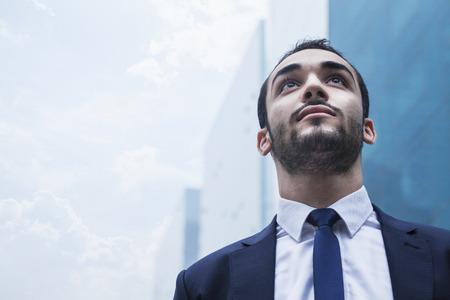Portret van ernstige jonge zakenman, buitenshuis, de zakenwijk