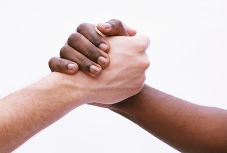 apret�n manos: Dos hombres jovenes que sacuden las manos, primer plano, tiro del estudio Foto de archivo