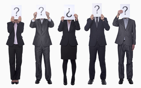 signo de interrogacion: Cinco hombres de negocios que sostienen el papel con signo de interrogaci�n, Cara oculta, tiro del estudio