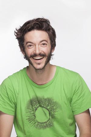 hombres jovenes: Hombre joven sonriente con la barba y el bigote mirando a la c�mara, foto de estudio