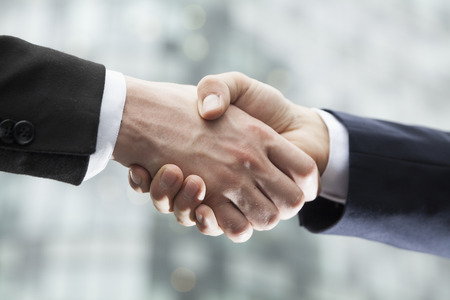 Close-up van twee zaken lieden handen schudden