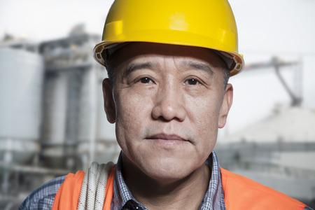 Portrait de travailleur fier vêtements de travail de protection à l'extérieur d'une usine Banque d'images - 35990927