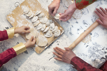 만두를 만드는 여성의 3 세대, 손만 스톡 콘텐츠