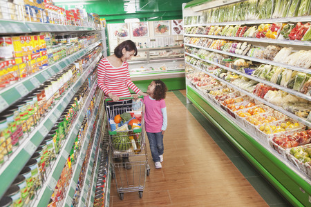 the supermarket: Madre e hija en supermercado compras