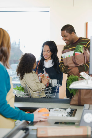 35 to 40 year olds: A family at a till Stock Photo