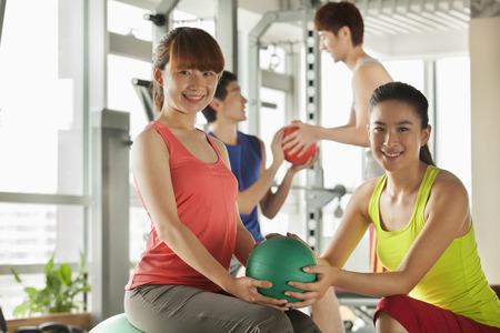 terapia grupal: Grupo de j�venes que hacen ejercicio en el gimnasio