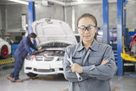 mecanico: Mec�nico de sexo femenino orgulloso con Colega