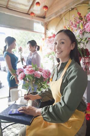 petites fleurs: Fleuriste travaillant dans le magasin de fleurs
