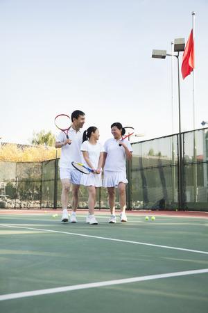 raqueta de tenis: Familia que juega al tenis, retrato
