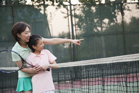 Mother and daughter playing tennis Imagens - 35992487