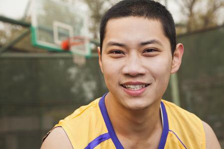 バスケット ボール コートの若者の肖像画 写真素材