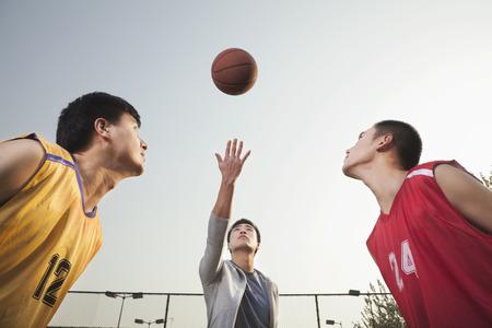 審判空気で投げボール バスケット ボール選手のジャンプのための準備