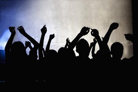 hombres jovenes: Una multitud de j�venes bailando en una discoteca Foto de archivo