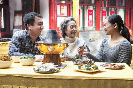 전통 중국 요리를 즐기는 가족