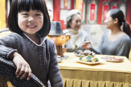 ni�as chinas: Retrato de joven en comida familiar