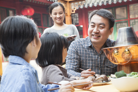 Family enjoying a traditional Chinese meal Stockfoto