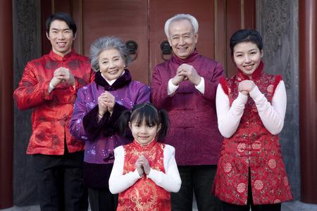 Familia celebra el Año Nuevo Chino Foto de archivo - 49784483