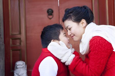 ni�os vistiendose: Momento blando entre madre e hijo