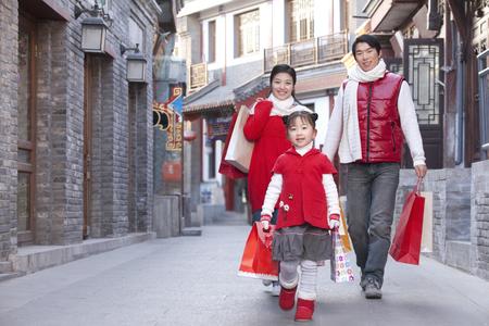 買い物に行く家族