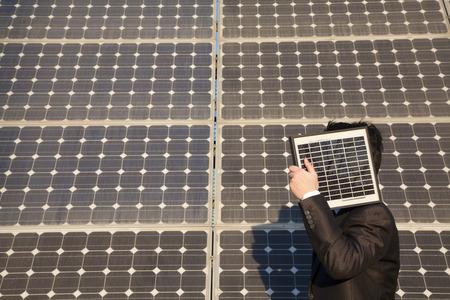 energia solar: Hombre de negocios con paneles solares Foto de archivo
