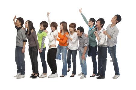 file d attente: Un groupe de jeunes gens qui attendent en ligne Banque d'images