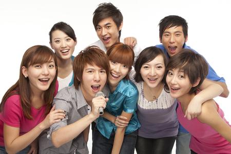 personas cantando: Un grupo de gente joven que canta Foto de archivo
