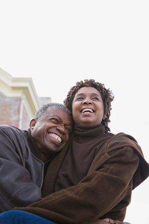 personas abrazadas: Una pareja abrazos
