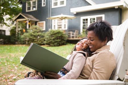 personas leyendo: Madre e hija con libro