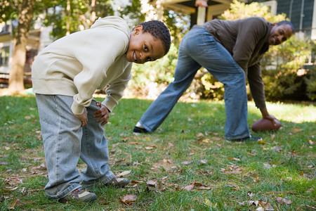Padre e hijo jugando al fútbol  Foto de archivo - 49785785