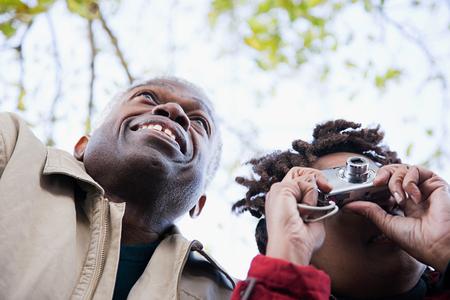jubilados: la pareja usando una cámara
