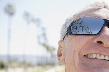 gafas de sol: Hombre que llevaba gafas de sol