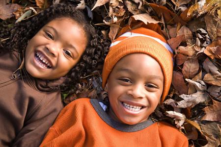 葉の上に横たわる子供
