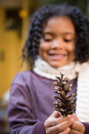 Pine cone: Fille avec une pomme de pin