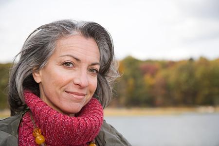 sueteres: Cabeza y los hombros de una mujer madura