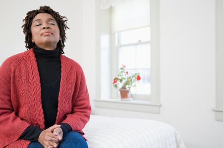 persona respirando: Una mujer con los ojos cerrados