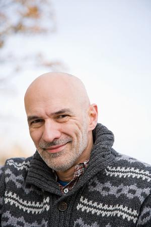 hombre calvo: hombre calvo sonriente