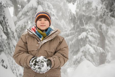 boule de neige: Gar�on avec une boule de neige