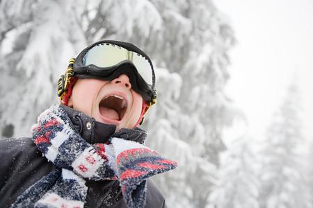スキー用ゴーグルの少年