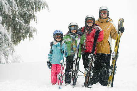 winter vacation: Family with skis