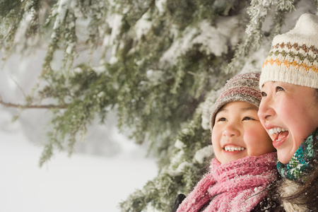 asian trees: Mother and daughter in snow