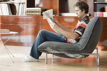 news current events: man reading a newspaper Stock Photo