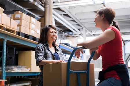 倉庫で同僚 写真素材 - 49810847