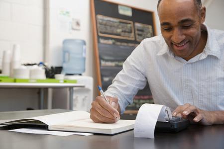 registros contables: Hombre haciendo cuentas en café Foto de archivo