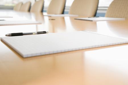 Blocnotes op vergadertafel