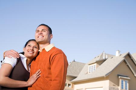 abrazar familia: Retrato de una pareja exterior de una casa